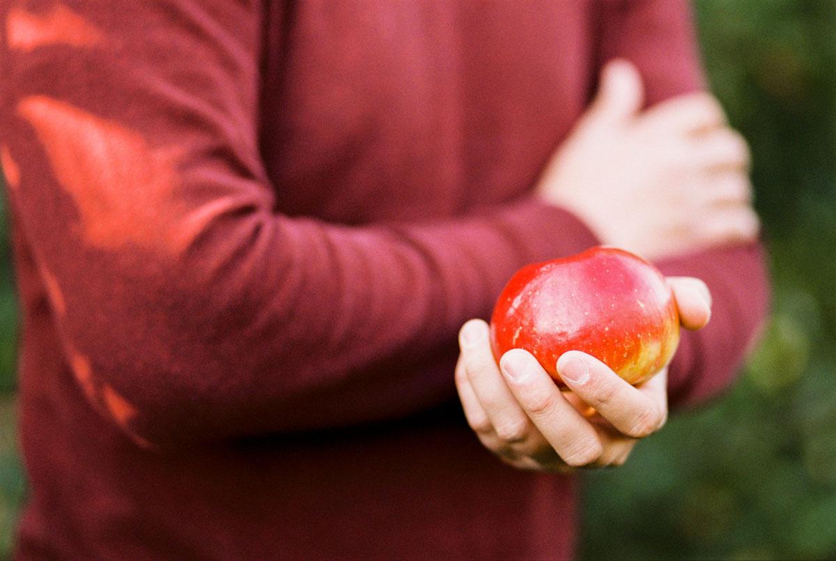 04-apple-farm-engagement-session